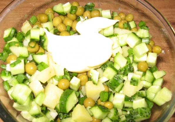 Простой салат с горошком - фото шаг 2