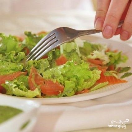 Зеленый салат с форелью - фото шаг 8