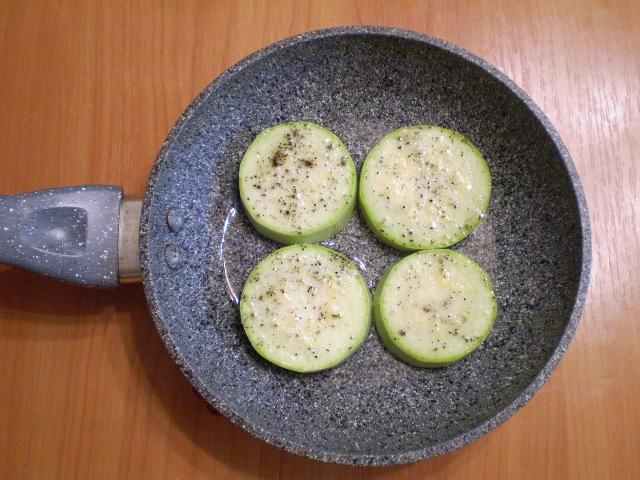 Жареные кабачки кружочками с чесноком - фото шаг 3