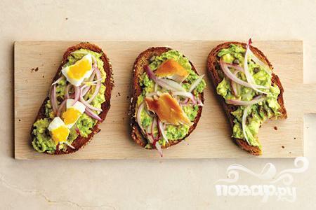 Рецепт Тосты с авокадо, луком и каперсами