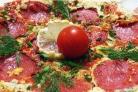 Омлет с колбасой, помидорами и сыром
