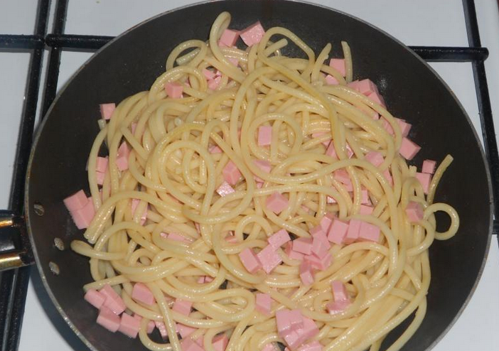 Cпагетти с колбасой - фото шаг 4