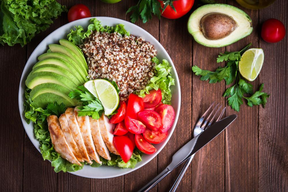 Правильное и здоровое питание: курица, каша, авокадо, помидоры