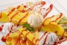 Блинчики с фруктами и мороженным