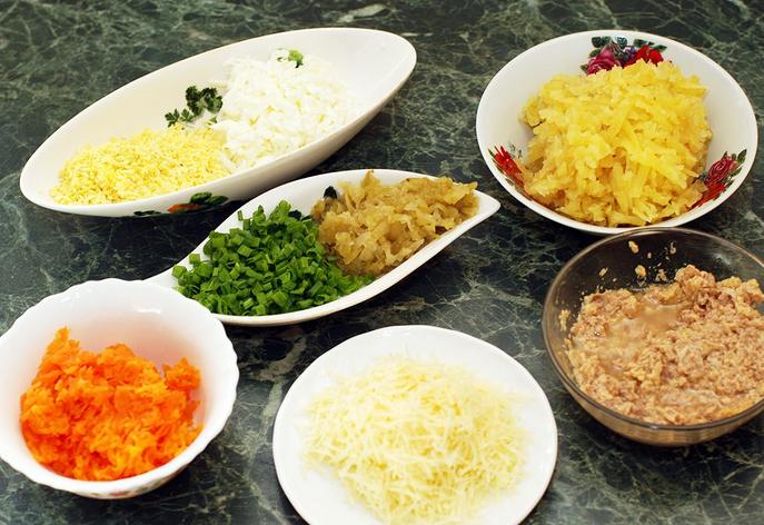 Рецепт Салат из печени трески слоеный