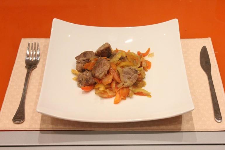 Свинина с овощами на сковороде - фото шаг 9