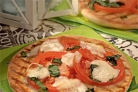 Пицца с помидорами и моцареллой