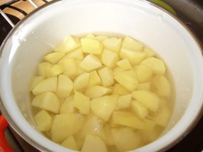 Картошка тушеная с грибами и сметаной - фото шаг 1