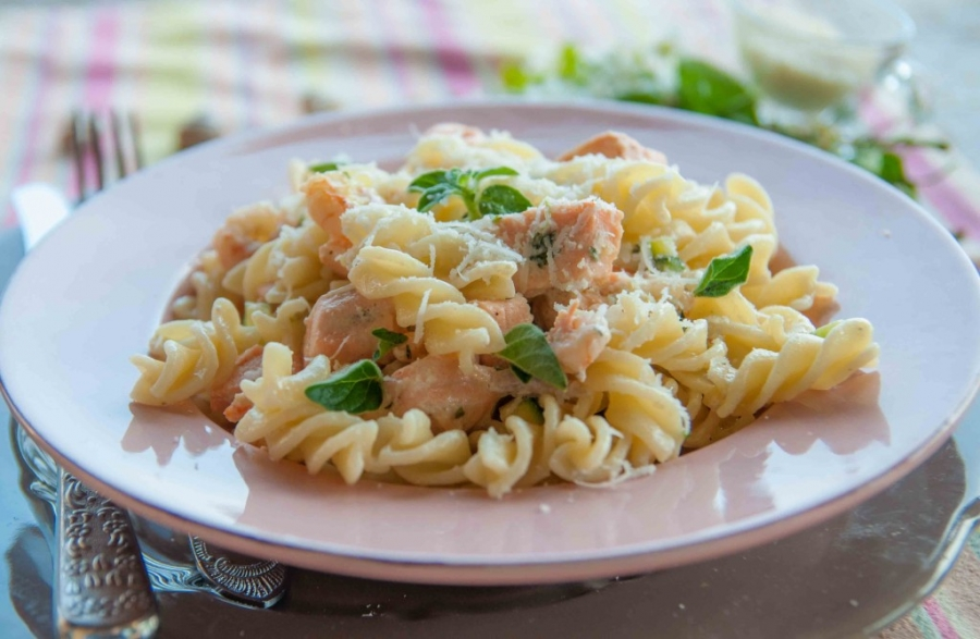 Спагетти с лососем под сливочным соусом - фото шаг 10