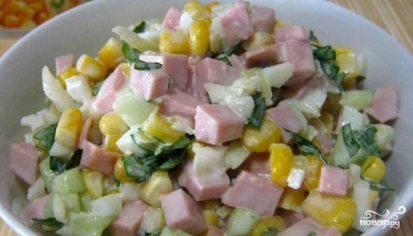 Рецепт Салат с колбасой и кукурузой