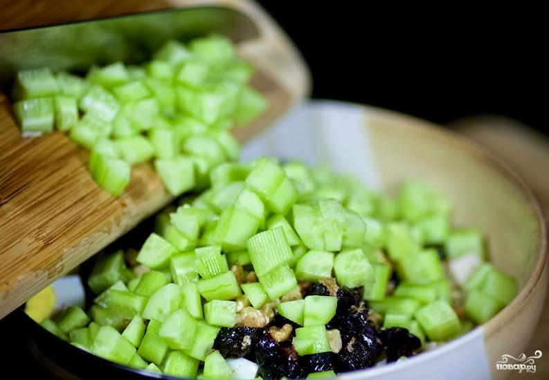Салат новогодний с черносливом - фото шаг 7