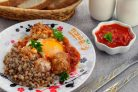 Фрикадельки с томатным соусом и яйцом