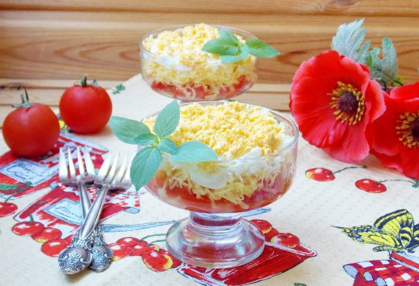 Салат с яйцами, сыром и помидорами