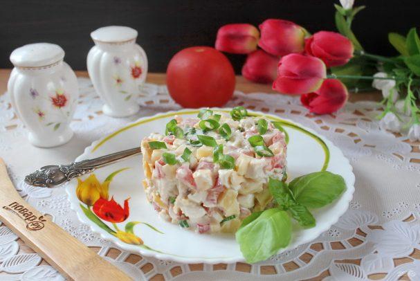 Салат с жареным яйцом и курицей