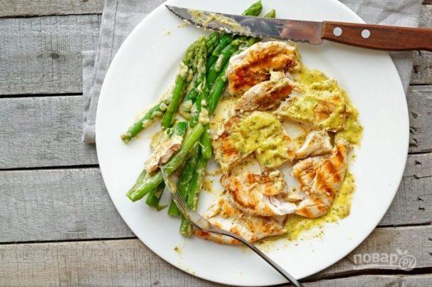 Курица в горчичном соусе со спаржей
