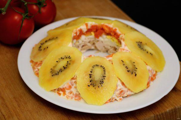 Слоеный салат с курицей и киви