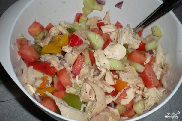 Салат с курицей, перцем и помидорами