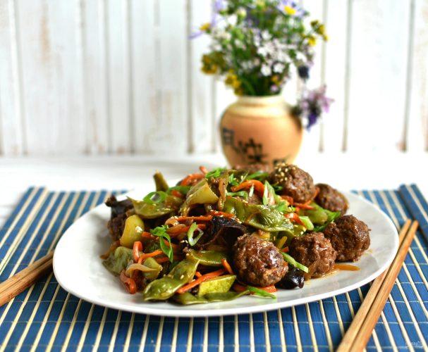 Фрикадельки по-китайски с овощами в кисло-сладком соусе