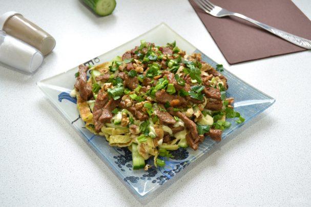 Салат с говядиной и яичными блинчиками