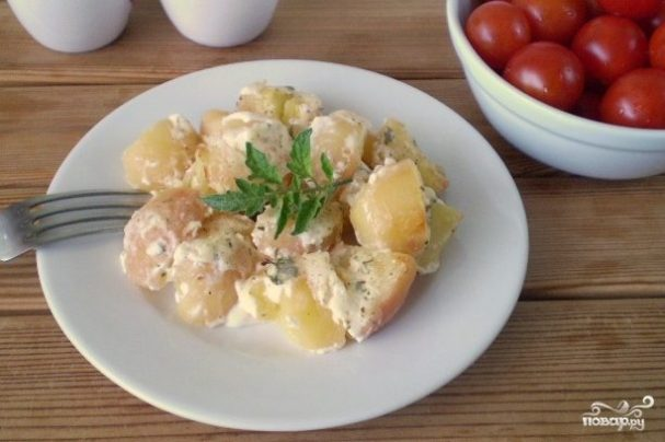 Картошка под чесночным соусом в духовке
