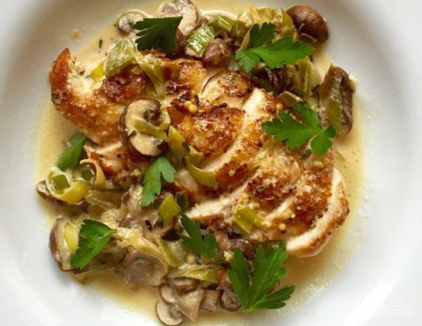 Куриное филе с луком-пореем и грибным соусом