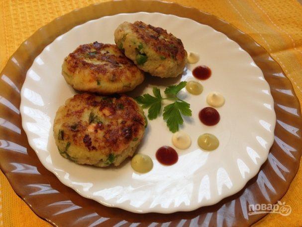 Биточки из картофеля, лосося и зеленого горошка