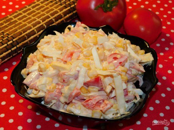 Кукурузный салат с помидорами и капустой