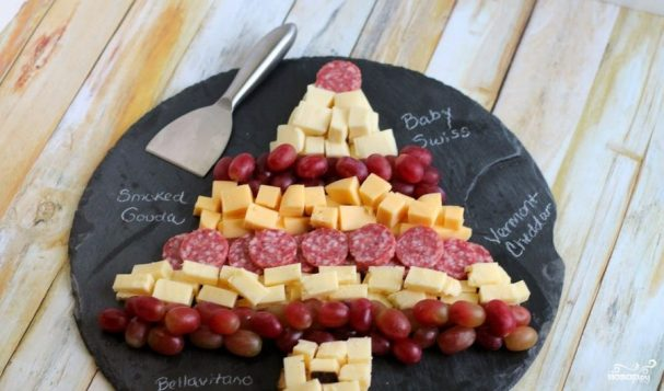 Eлочка из сыра и колбасы