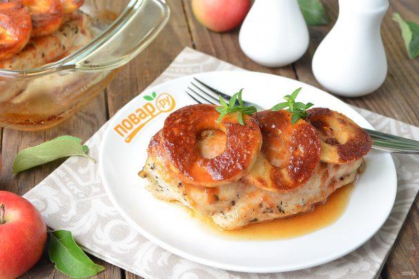 Куриные стейки с яблоками