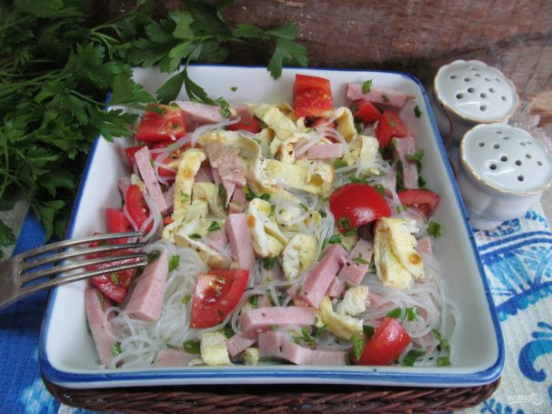 Салат с яичными блинчиками фунчозой и колбасой