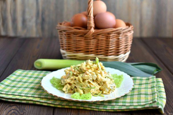 Салат с луком-пореем и яйцом