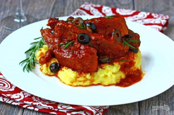 Свиные ребра в соусе с оливками