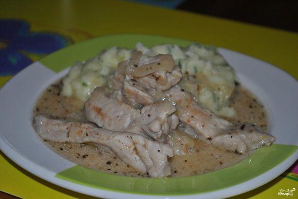 Свинина под сметанным соусом