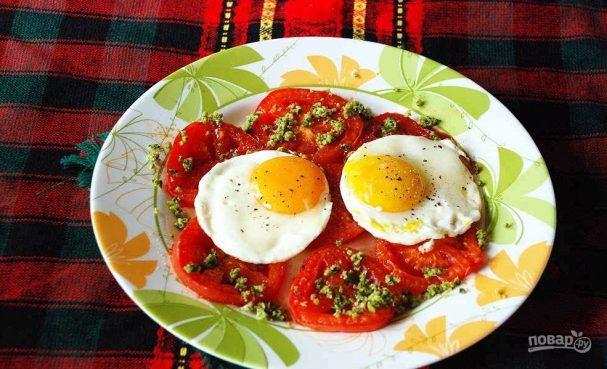 Жареные яйца с помидорами