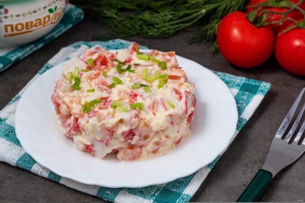 Крабовый салат с сыром и помидорами