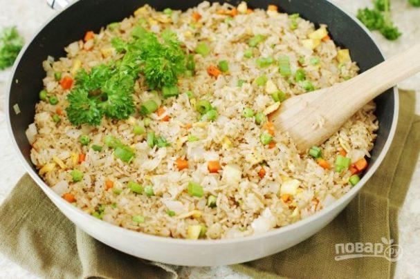 Отварной рис с омлетом и овощами