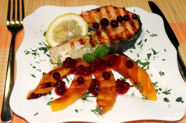 Имбирный лосось с манго-гриль и брусничным соусом