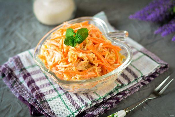 Салат из моркови и яблока со сметаной