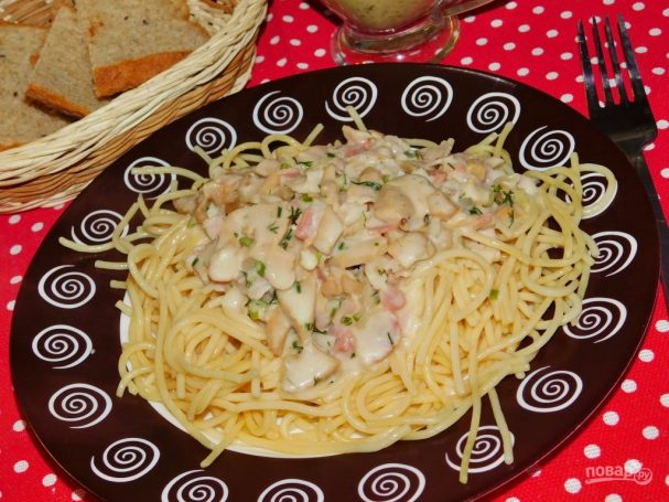Соус с копченостями и грибами для спагетти