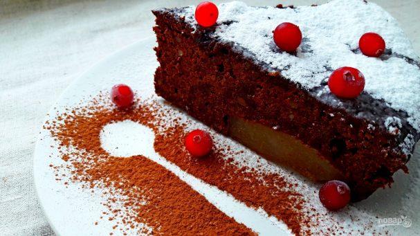 Простой шоколадный пирог с грушами