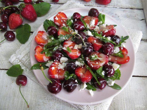 Салат из клубники и черешни