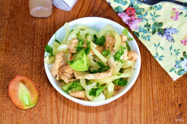 Салат с курицей и зелеными помидорами