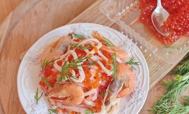 Салат с кальмарами и икрой