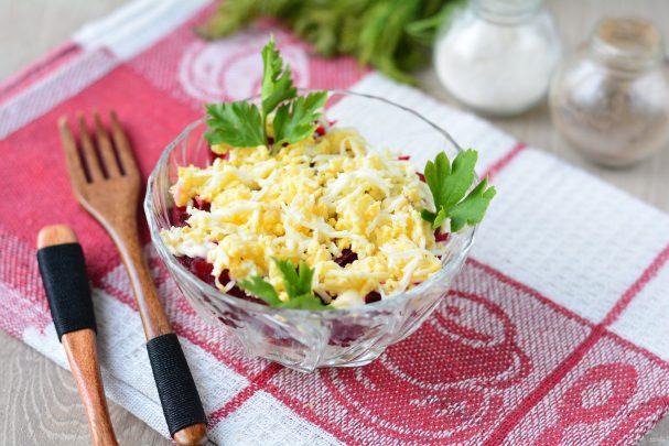 Салат с консервированной сайрой и яйцами