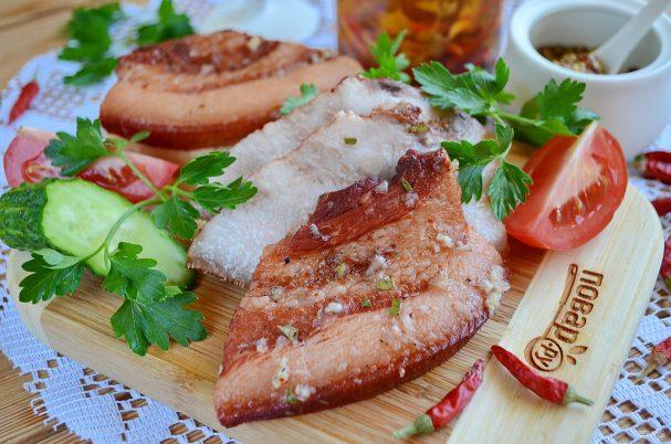 Сало в луковой шелухе с черносливом - рецепт пошаговый с фото