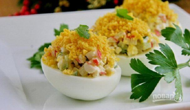 Яйца, фаршированные крабовыми палочками и огурцом