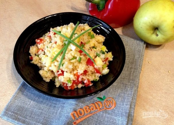 Салат из булгура с яблоком, сельдереем и перцем