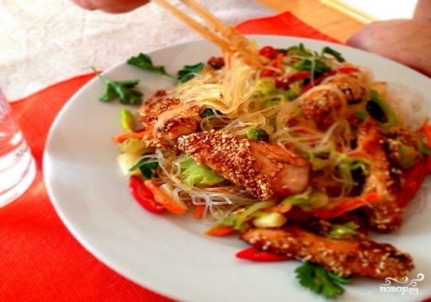 Курица с фунчозой и овощами