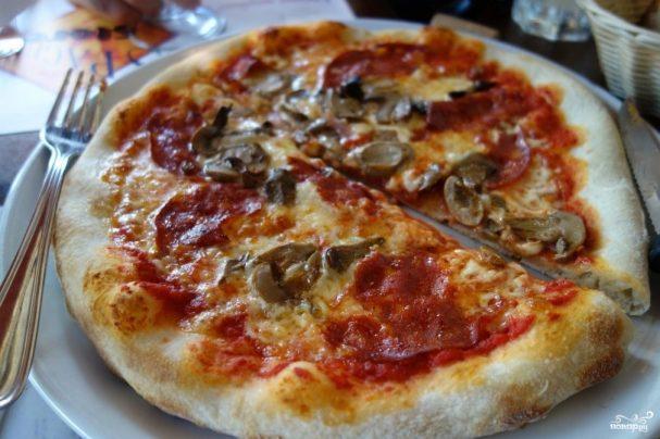 Пицца с колбасой, грибами и помидорами