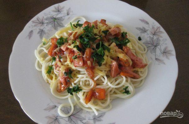 Макароны с колбасой и томатным соусом